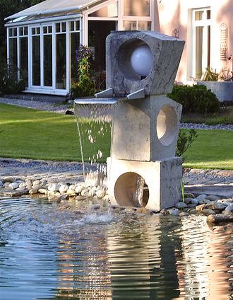Schwimmteich Wasser im Garten qullstein Edelstahlauslauf Bachlauf garten mit pep