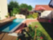 Holzterrasse Klinkersteine im Garten Bepflanzung Schwimmbadabdeckung aus Naturstein