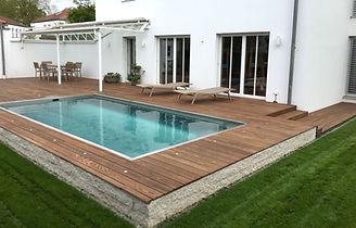 Schwimmbad Pool Holzterrasse Mauer Rollrasen Edelstahlpool Thermoesche