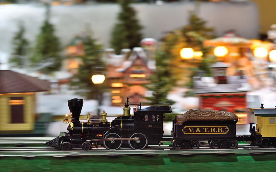 Train_blk_locomotive_2014.jpg