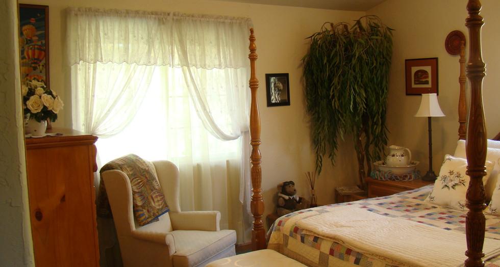 John_s house 028  Guest bedroom.JPG