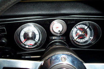 8 Instrument cluster with Autometer guag