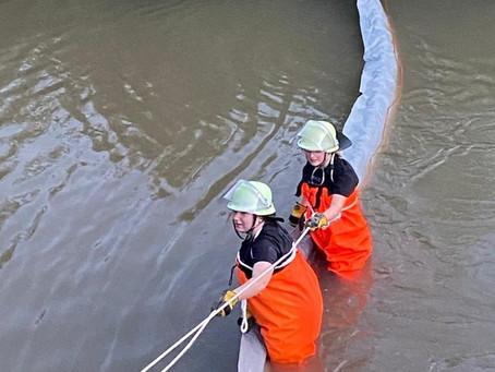 Übung Gewässerschutz Aufbringen der Ölsperre