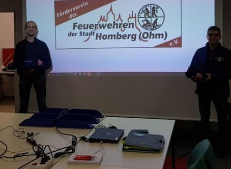 Förderverein übergibt Schlauchschals an die Homberger Feuerwehren