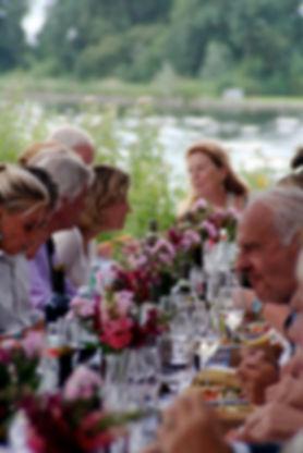 diner aan lange tafel op eiland