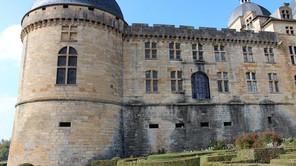 Le château de HAUTEFORT en Dordogne, lieu du tournage.