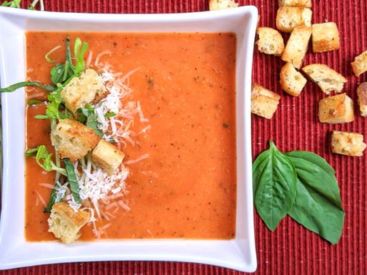 Potage aux tomates et basilic avec croûtons maisons