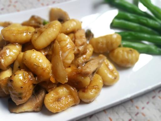 Gnocchis au poulet, oignons caramélisés, pistaches et romarin