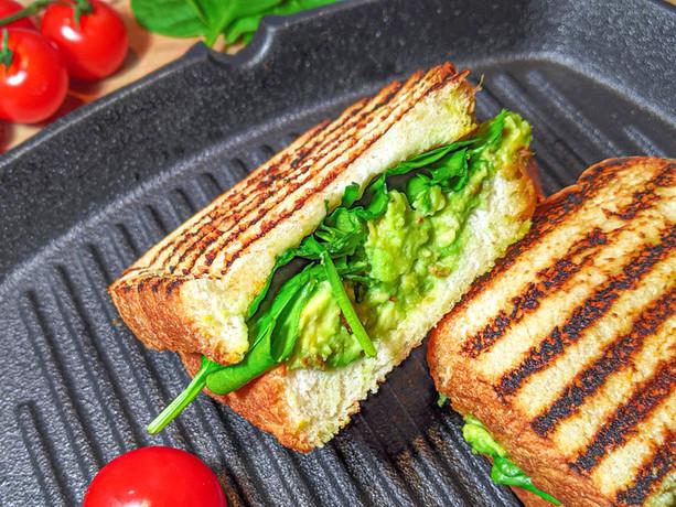 Sandwich à l'avocat et tomates séchées