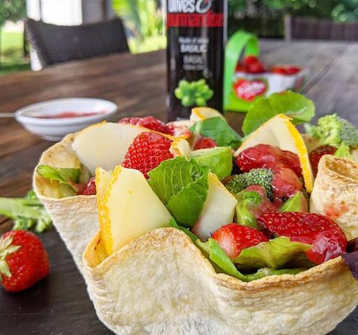 Salade estivale dans un bol tortilla