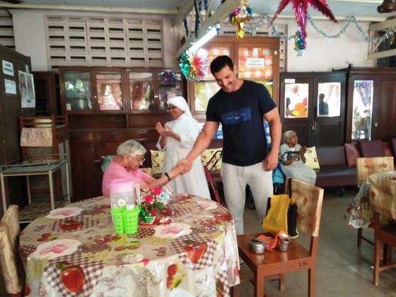 Actor John Abraham's surprise visit          to elderly at Mumbai!