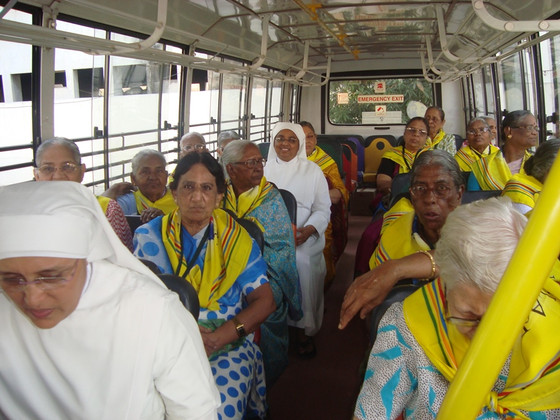 Chennai Elderly Residents enjoy their Picnic to Food Village!