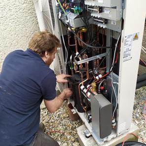 Kontrola kompresoru při montáži tepelnéh
