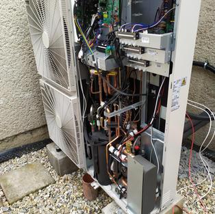 Odkrytované tepelné čerpadlo LG 16kW při jeho montáži
