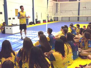 Marlon visita a Escolinha de Voleibol da AABB