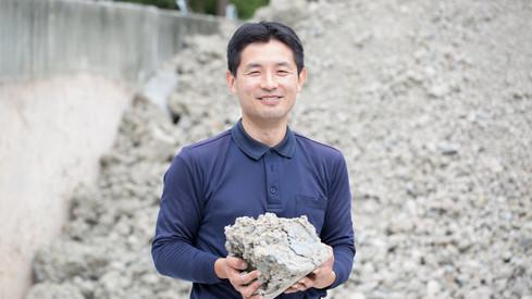 【有限会社白山】陶磁器を作る方々と同じ視点に立って粘土作りをするよう心がけています。