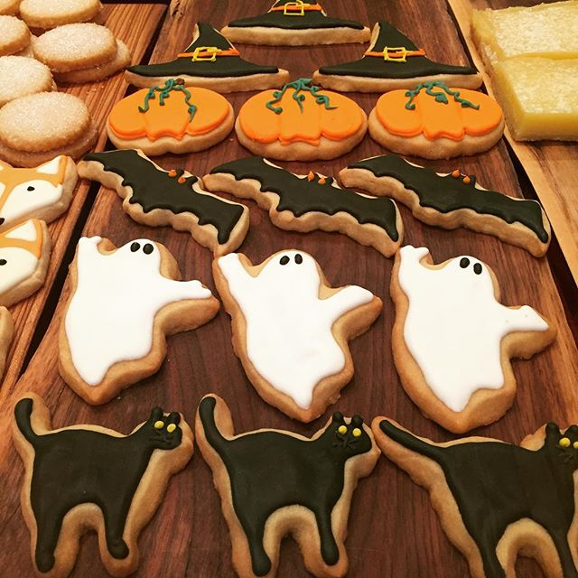 Halloween cookies are happening! Trick or treat yourself to some of these iced cookies!