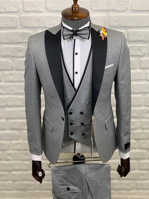 Торжественный мужской костюм серого цвета