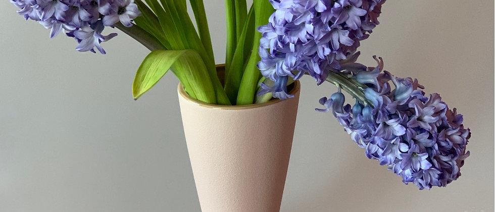 Розовая ваза из керамики