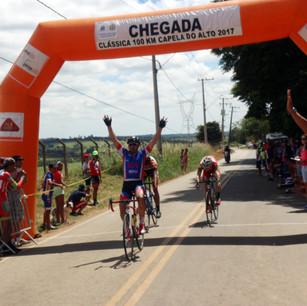 A Clássica 100 km Capela do Alto foi vencida por Jean Coloca quase batendo guidão.