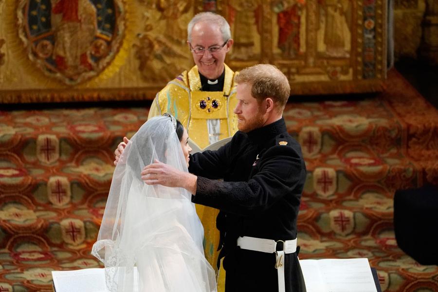 Levantando el velo de la novia