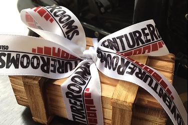 Kjempefin gaveeske med gavekort fra AdventureRooms Oslo blir alle glad for.