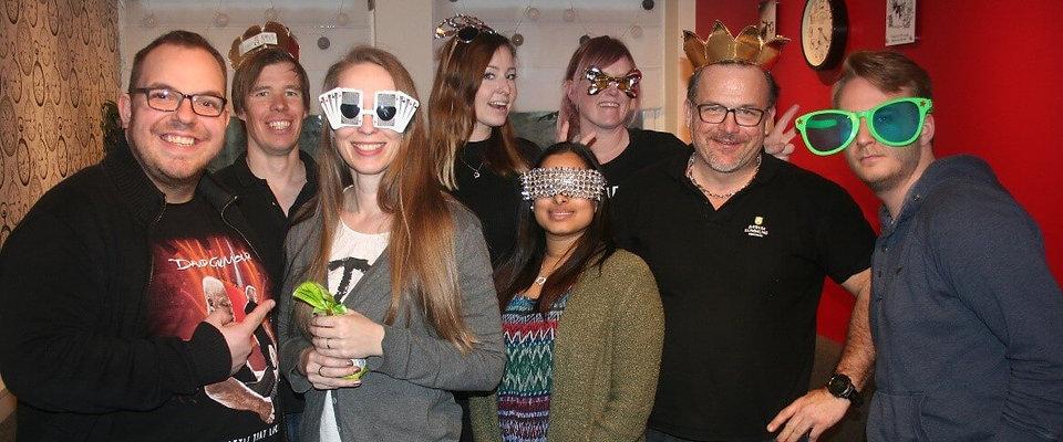 Teambilde av en gruppe som har prøvde escape room spill som firmafest