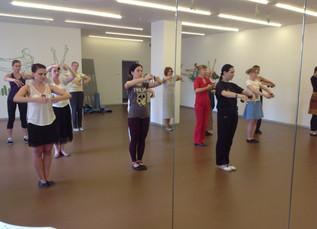 Форма одежды и другие принадлежности для занятий испанским танцем.