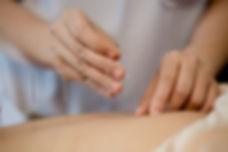 mulher-jovem-sofrendo-acupuntura-tratame