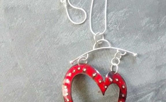 Coeur email sur cuivre et argent sterling, H8.75cm x 5cmL