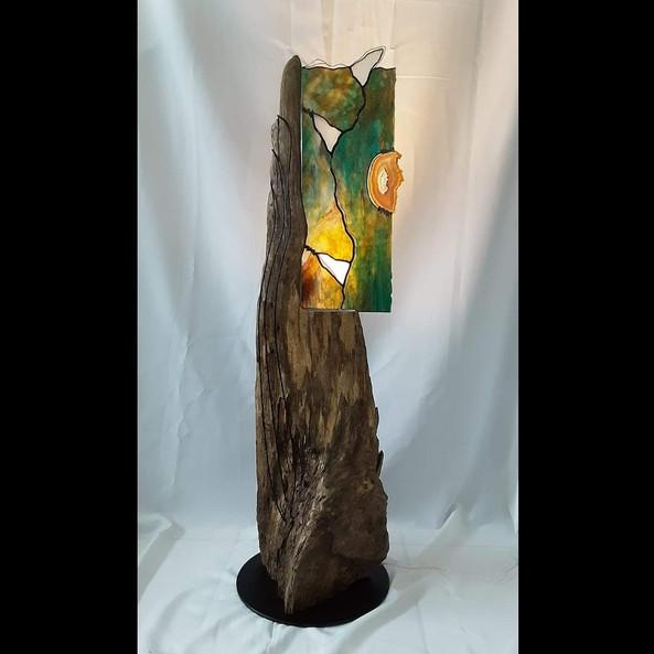 """Vitrail montée sur bois flotté et base en métal formant une lampe 42"""" X 16"""""""