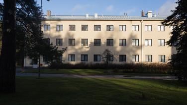 24 novembre 2017, Halikko, Finlande.   Ce centre géré par la Croix Rouge ouvre en 2015 sur le site d'un ensemble hospitalier. Deux locaux sont occupés successivement, ici, le premier, un bâtiment à vocation militaire.