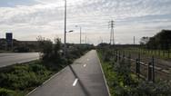 24 septembre 2015, Calais, ville de la pointe Nord de la France, face à l'Angleterre.  Souvent, les non-calaisiens décrivent une ville à l'atmosphère fantomatique hantée par les « migrants », des spectres errant toute la journée.  Et c'est vrai, nous n'avons pas échappé à cette impression. Il y a ces personnes qu'on voit marcher, marcher ; marcher, les unes derrière les autres comme des prisonniers, sans but, avec l'unique perspective d'une route sans fin.  On découvre cette route, cette longue route qui relie le centreville à la jungle, « camp sauvage » monté par des milliers de « migrants ». On ignore alors où elle mène.