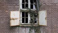 1er octobre 2017, Saint-Trond, Belgique.   Une ancienne caserne désaffectée accueille un centre de demandeurs d'asile géré par l'Agence gouvernementale Fedasil. Placée entre un axe routier, une zone résidentielle et une zone agricole, la caserne est divisée en deux partie, une occupée par le centre d'accueil, l'autre tombe en ruines.
