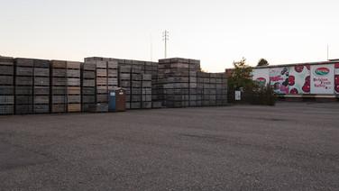 1er octobre 2017, Saint-Trond, Belgique.   Une ancienne caserne désaffectée accueille un centre de demandeurs d'asile géré par l'Agence gouvernementale Fedasil. Placée entre un axe routier, une zone résidentielle et une zone agricole, la caserne est divisée en deux partie, une occupée par le centre d'accueil, l'autre tombe en ruines.  Ici, la zone de chargement des convois fruitiers.