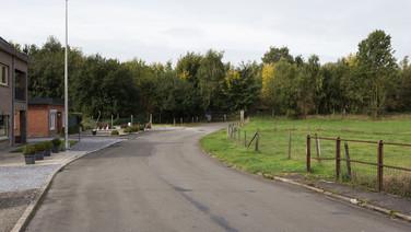 1er octobre 2017, Saint-Trond, Belgique.   Une ancienne caserne désaffectée accueille un centre de demandeurs d'asile géré par l'Agence gouvernementale Fedasil. Placée entre un axe routier, une zone résidentielle et une zone agricole, la caserne est divisée en deux partie, une occupée par le centre d'accueil, l'autre tombe en ruines.   Ici un point d'entrée de la caserne du côté de la zone résidentielle.