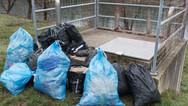 """8 décembre 2015, Brežice, Slovénie.   Centre de transit désaffecté, sans doute parce que trop petit pour faire face à l'afflux de """"migrants"""". Sur cette image, restes de quelques modestes effets personnels, chaussures et produits d'hygiène, gel douche."""