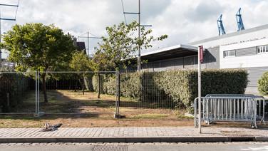 22 septembre 2015, Calais, ville de la pointe Nord de la France, face à l'Angleterre.   Les tentatives d'établir des « squats » dans le centre-ville sont toutes vouées à l'échec. Des lieux abandonnés, « vidés » la veille. Les traces d'un passage, des cordes de tentes, des chaussures orphelines, des restes, insignifiants, et des graffitis, des messages sur des pancartes. Des barrières de sécurité autour, comme si l'assainissement, le « nettoyage », prévalaient sur la vie.
