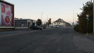 1er octobre 2017, Saint-Trond, Belgique.   Une ancienne caserne désaffectée accueille un centre de demandeurs d'asile géré par l'Agence gouvernementale Fedasil. Placée entre un axe routier, une zone résidentielle et une zone agricole, la caserne est divisée en deux partie, une occupée par le centre d'accueil, l'autre tombe en ruines.   Route nationale 3 que l'on aperçoit en arrière plan, au bout de la voie qui conduite à l'entrée du centre d'accueil.