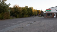 1er octobre 2017, Saint-Trond, Belgique.   Une ancienne caserne désaffectée accueille un centre de demandeurs d'asile géré par l'Agence gouvernementale Fedasil. Placée entre un axe routier, une zone résidentielle et une zone agricole, la caserne est divisée en deux partie, une occupée par le centre d'accueil, l'autre tombe en ruines.   En arrière plan, entrée du centre cotoyant la zone d'activté.