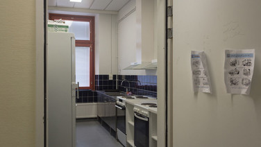 24 novembre 2017, Halikko, Finlande.   Ce centre géré par la Croix Rouge ouvre en 2015 sur le site d'un ensemble hospitalier.  Une cuisine collective à disposition des résidents.