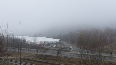 8 décembre 2015, à la frontière austro-slovéne, du côté slovéne.   La ville de Sentilj accueille un centre de transit. Tenu par l'État, la Croix Rouge y intervient pour y prodiguer les soins fondamentaux.