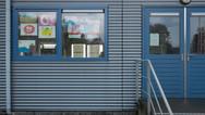 6 octobre 2017, Jodoigne en Belgique.   Ce centre d'accueil est géré en direct par l'agence gouvernementale Fedasil. Composé de préfabriqués, il prend place sur le terrain d'une ancienne caserne militaire, à l'extérieur de la ville, le long d'une grande route.