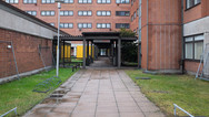 30 novembre 2017, Metsälä, ville de l'agglomération d'Helsinki.   Ce centre d'accueil de demandeurs d'asile est situé dans une immense zone d'activité dont l'espace était précédemment occupé par des entrepôts de la société de transport Schenker. Cette entreprise a fermé sa plate-forme logistique, aujourd'hui, tout a été rasé, à terme, elle sera occupée par des logements.