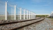 24 septembre 2015, Calais, ville de la pointe Nord de la France, face à l'Angleterre.  Barrière de protection qui a pour fonction d'empêcher les intrusions sur la voie ferrée qui conduit à l'embarcadère.