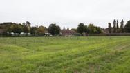 1er octobre 2017, Saint-Trond, Belgique.   Une ancienne caserne désaffectée accueille un centre de demandeurs d'asile géré par l'Agence gouvernementale Fedasil. Placée entre un axe routier, une zone résidentielle et une zone agricole, la caserne est divisée en deux partie, une occupée par le centre d'accueil, l'autre tombe en ruines.  Un aperçu des terres agricoles qui bordent le centre de demandeurs d'asile.