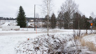 22 novembre 2017, en Finlande, Punkaleidun, une ville de 3 500 habitants environ, en déclin démographique constant depuis plusieurs décennies.   Cette structure d'accueil est située à environ quatre kilomètres du supermarché de Punkalaidun. Des liaisons sont assurées en bus, deux permettent de se rendre au centre-ville le matin, et deux permettent d'en revenir le soir, les résidents s'y rendent également en vélo ou à pied.