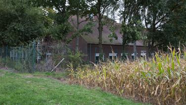 1er octobre 2017, Saint-Trond, Belgique.   Une ancienne caserne désaffectée accueille un centre de demandeurs d'asile géré par l'Agence gouvernementale Fedasil. Placée entre un axe routier, une zone résidentielle et une zone agricole, la caserne est divisée en deux partie, une occupée par le centre d'accueil, l'autre tombe en ruines.  Détails du centre d'accueil cotôyant les champs de blés et de pommes.
