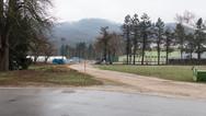 """8 décembre 2015, Brežice, Slovénie.   Centre de transit désaffecté, sans doute parce que trop petit pour faire face à l'afflux de """"migrants"""".   Point de vue opposé, depuis l'entrée du centre, on remarque l'éclairage additionnel."""