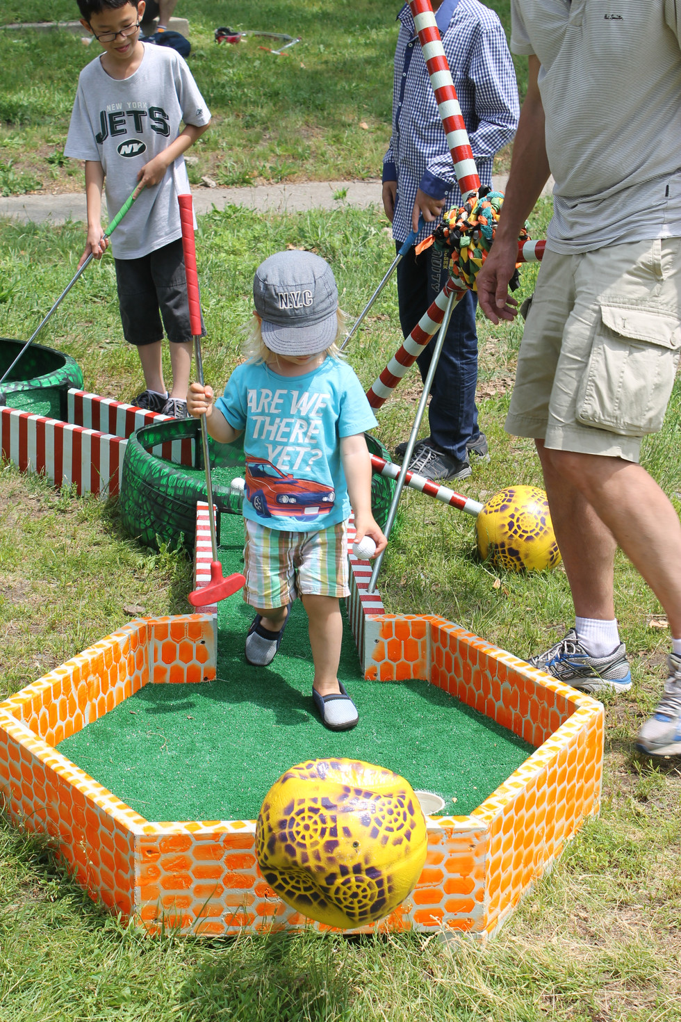 Child playing Molecular Golf